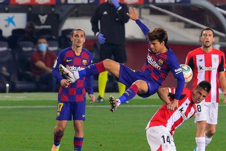 Gelandang Barcelona, Riqui Puig, berduel udara pada laga Liga Spanyol kontra Athletic Bilbao di Stadion Camp Nou, 23 Juni 2020.