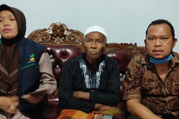 Mbah Sim (tengah), bersama saudaranya ditemui di rumahnya di Dusun Kalisalak,Desa Donomulyo, Kecamatan Secang, Kabupaten Magelang, Jumat (26/3/2021).