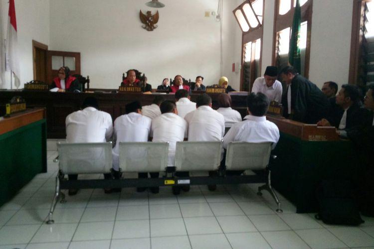 Tampak ke-9 terdakwa dalamnkasus pemotongan dana hibah bantuan sosial kabupaten Tasikmalaya tengah menjalani sidang perdana di Pengadilan Negeri Bandung, Kota Bandung, Jawa Barat, Senin (10/12/2018).