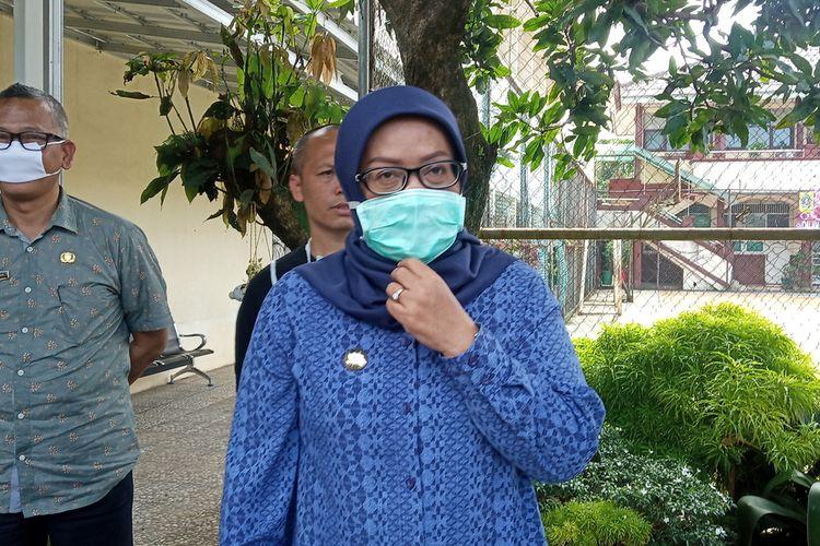 Bupati Bogor Ade Yasin saat menghadiri kegiatan penyemprotan disinfektan di SMP Negeri 2 Cibinong, Kabupaten Bogor, Jawa Barat, Kamis (19/3/2020).