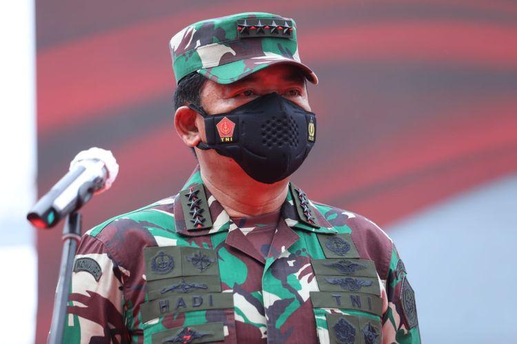 Panglima TNI Marsekal Hadi Tjahjanto meninjau vaksinasi massal dalam rangka Hari Bhayangkara ke-75 Tahun 2021 di Lapangan Bhayangkara Mabes Polri, Jakarta Selatan, Kamis (24/6/2021).
