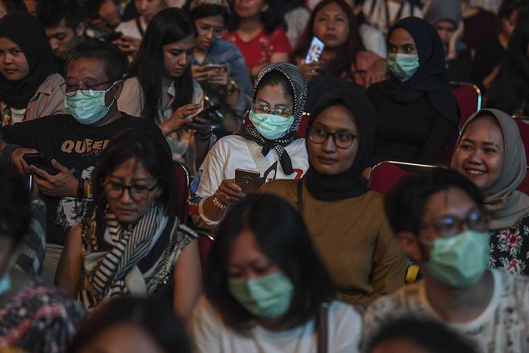 Penonton Jakarta International Java Jazz Festival 2020 menggunakan masker di Jakarta, Jumat (28/2/2020). Sejumlah pengunjung konser menggunakan masker disebabkan merebaknya penyebaran virus corona di beberapa negara di Asia Tenggara.
