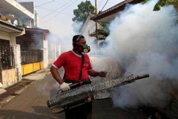 Petugas melakukan pengasapan pencegahan penyakit demam berdarah dengue atau DBD di Radio Dalam, Jakarta Selatan.