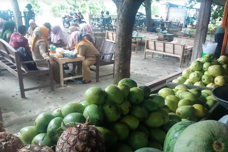 Pembeli di warung rujak  Desa Nibong, Kecamatan Nibong, Kabupaten Aceh Utara