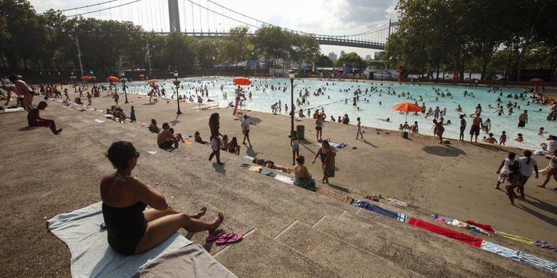 Kolam renang dengan kedalaman 50 meter yang terletak di Taman Astoria di New York