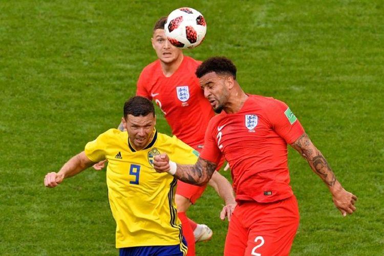 Kyle Walker memenangi duel udara dengan Marcus Berg dalam pertandingan Swedia vs Inggris pada babak 8 besar atau perempat final Piala Dunia 2018, 7 Juli 2018.