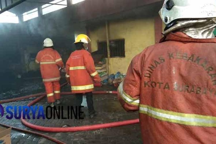 Pabrik kerupuk legendaris di Surabaya terbakar, Rabu (25/3/2020).