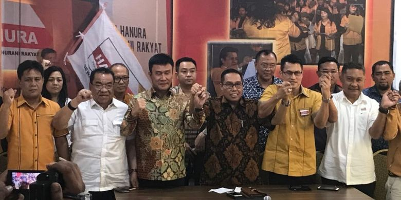 Pengurus sejumlah DPD Hanura yang mengajukan mosi tidak percaya kepada Oesman Sapta Odang sebagai Ketua Umum Hanura saat konferensi pers di DPP Hanura, Cipayung, Jakarta Timur, Selasa (16/1/2018).