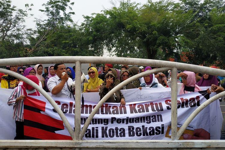 Barisan emak-emak yang mengatasnamakan diri sebagai Pejuang Kartu Sehat Kota Bekasi mendemo DPRD Kota Bekasi, Senin (16/12/2019).