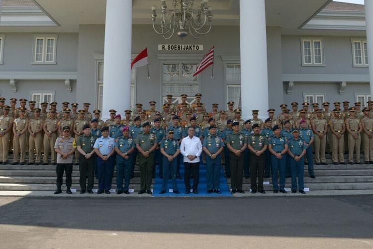 Menteri Pertahanan Ryamizard Ryacudu berfoto bersama taruna Akademi Militer (Akmil) di Magelang