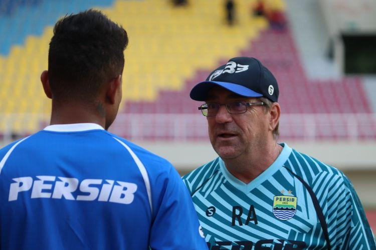 Pelatih Persib Bandung, Robert Rene Alberts, berbincang dengan Wander Luiz saat menjajal lapangan Stadion Manahan, Solo, Jumat (15/2/2020)