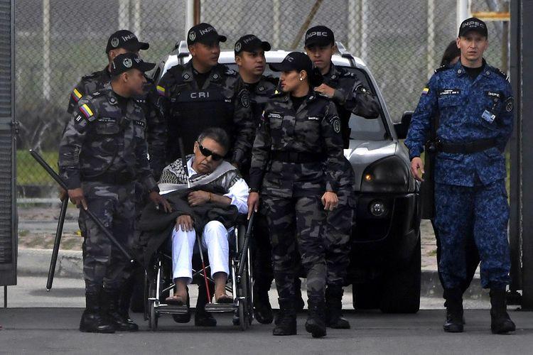 Mantan pemimpin gerilya sayap kiri Kolombia, Jesus Santrich, dikawal ketat oleh petugas saat dibebaskan dari Penjara La Picota di Bogota, Jumat (17/5/2019).
