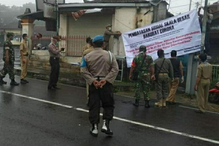 Jajaran Fokompincam memasang spanduk larangan aktivitas di Gang Sadar Baturraden, Kabupaten Banyumas, Jawa Tengah, Senin (6/4/2020).
