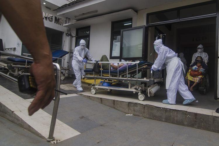 Petugas kesehatan membawa pasien menuju ruangan perawatan dari pelayanan Instalasi Gawat Darurat (IGD) Rumah Sakit Umum Daerah (RSUD) Bandung, Jawa Barat, Kamis (1/7/2021). Satuan Tugas Penanganan COVID-19 Kota Bandung menyatakan angka keterisian ruang isolasi atau Bed Occupancy Rate (BOR) di sejumlah rumah sakit rata-rata mencapai lebih dari 90 persen akibat terus meningkatnya kasus terkonfirmasi positif COVID-19 meskipun telah berupaya melakukan penambahan tempat tidur. ANTARA FOTO/Novrian Arbi/wsj.