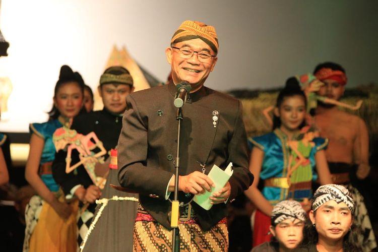 Menko PMK Muhadjir Effendy saat memberikan sambutan dalam Peringatan Hari Wayang Dunia ke-V dan Hari Wayang Nasional 2019 di Institut Seni Indonesia, Surakarta, Selasa (5/11/2019) malam.