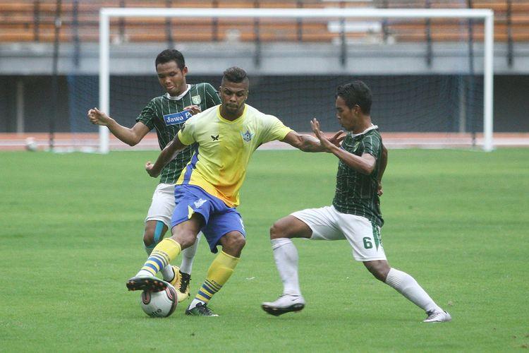 Dua pemain Persebaya, Oktavianus Fernando dan Misbakhus Solikhin, mengawal penyerang Persegres, Patrick da Silva, pada laga uji coba di Gelora Bung Tomo, Kamis (6/4/2017).