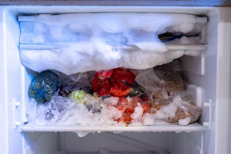 Ilustrasi bunga es menumpuk dalam freezer.