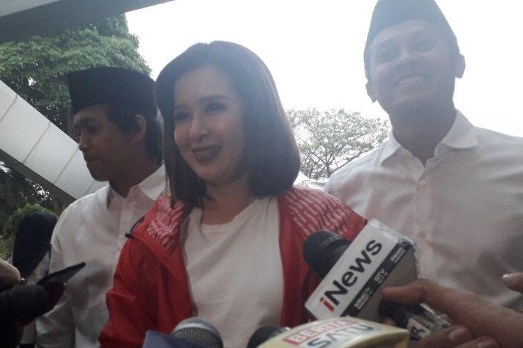 Ketua Umum Partai Solidaritas Indonesia Grace Natalie memberi keterangan kepada wartawan sebelum acara Visi Indonesia di Sentul International Convention Center, Bogor, Minggu (14/7/2019).
