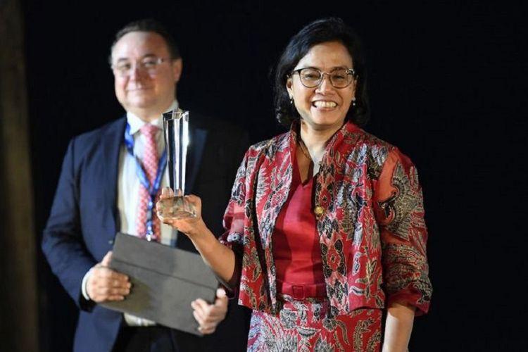Menteri Keuangan Sri Mulyani Indrawati (kanan) menunjukkan piala pada sesi Global Market Award Ceremony dalam rangkaian Pertemuan Tahunan IMF - World Bank Group 2018 di Nusa Dua, Bali, Sabtu (13/10). Menteri Keuangan Sri Mulyani Indrawati mendapatkan penghargaan Finance Minister of the Year for East Asia Pacific Awards dari majalah ekonomi Global Markets