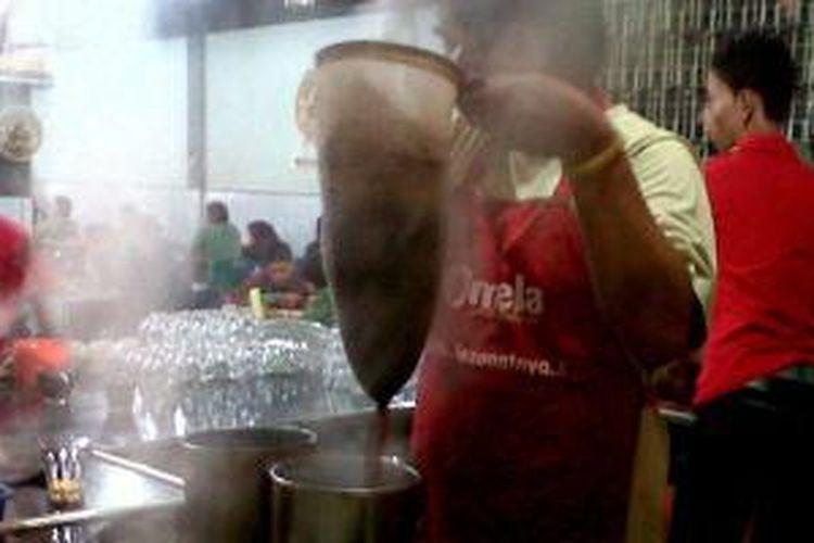 Diperlukan seorang pegawai khusus yang bisa meramu kopi khas Aceh, seperti di kedai kopi Jasa Ayah-Solong Coffee di Banda Aceh.