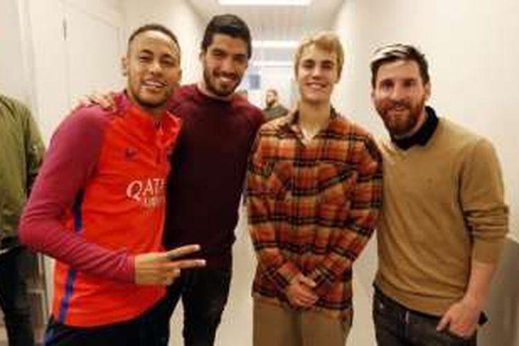 Justin Bieber menyammbangi markas latihan FC Barcelona, dan bertemu langsung dengan Neymar, Luis Suarez, dan Lionel Messi, pada Senin (21/11/2016).