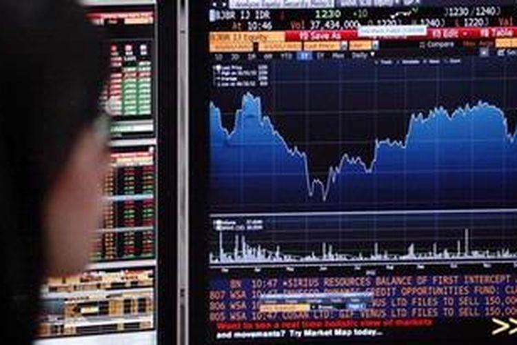 Ilustrasi: Aktivitas trader memantau pergerakan indeks harga saham gabungan (IHSG).