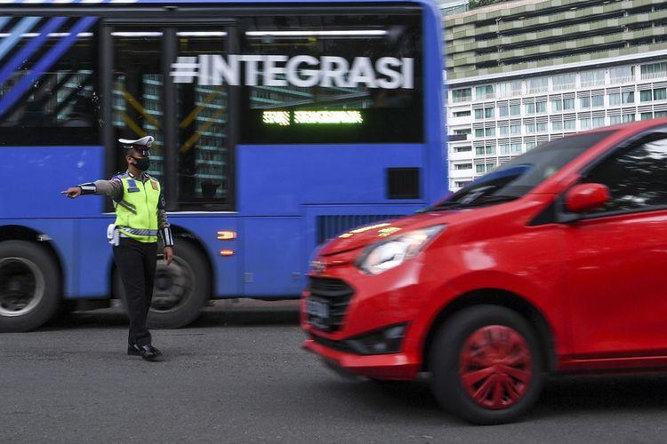 Polisi memberhentikan mobil berpenumpang yang melanggar aturan saat pemeriksaan kepatuhan Pembatasan Sosial Berskala Besar (PSBB) di kawasan Bundaran HI, Jakarta, Senin (13/4/2020). Pemeriksaan tersebut untuk memastikan setiap pengendara mobil dan motor mematuhi aturan PSBB yang diterapkan di DKI Jakarta. ANTARA FOTO/Hafidz Mubarak A/wsj.