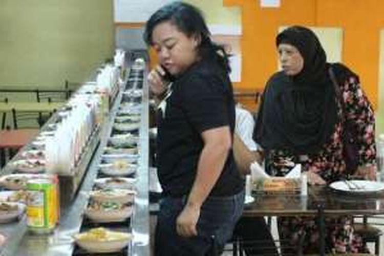 Pengunjung sedang memilih menu di Restoran Padang Plus, Jalan Depok 46, Semarang, Jawa Tengah.