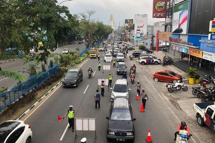 Petugas Satlantas Polresta Pekanbaru melakukan pemeriksaan terhadap pengendara di Jalan Jenderal Sudirman untuk mencegah Covid-19 sebelum diterapkan PSBB di Kota Pekanbaru, Riau, Kamis (16/4/2020).