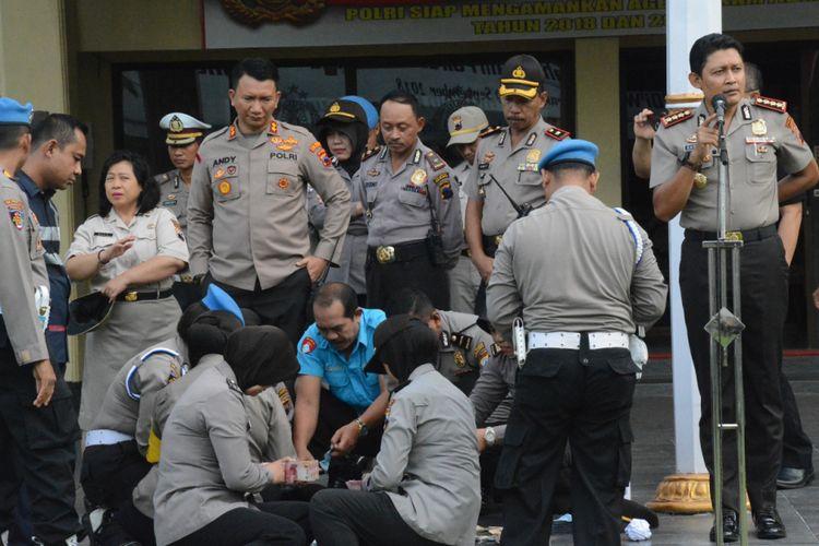 Penggalangan dana bantuan untuk korban tsunami Banten dan Lampung di Polresta Surakarta.