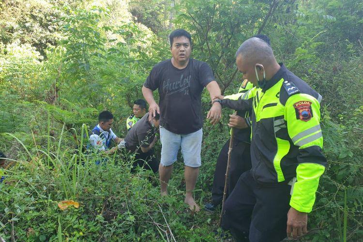 Ronald Touwani (38) dievakuasi pihak yang berwenang usai kecelakaan lalu lintas di ruas tol Semarang-Solo.