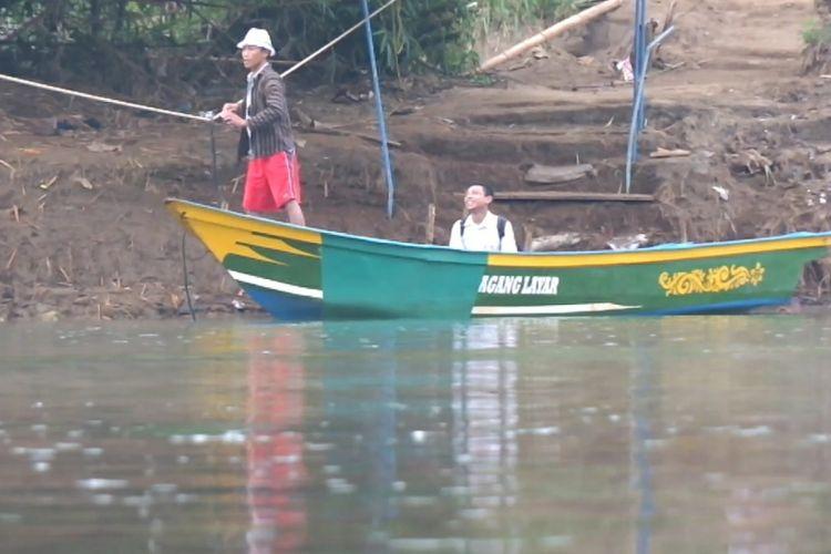 Pelajar di Dusun Jelok, Desa Beji, Kecamatan Patuk, Gunung Kidul, harus menyeberangi Sungai Oya menggunakan perahu.