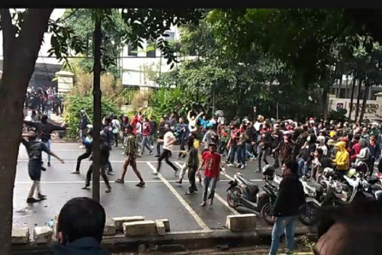 Massa terlibat saling lempar dengan petugas kepolisian dalam demo UU Cipta Kerja di Jalan Diponegoro, Bandung, dekat area Gedung Sate, Kamis (8/10/2020).