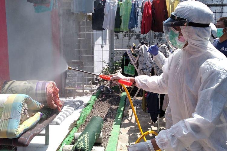 Relawan PMI Jember saat melakukan penyemprotan disinfektan di Lapas Kelas II A Jember Selasa (27/4/2021)