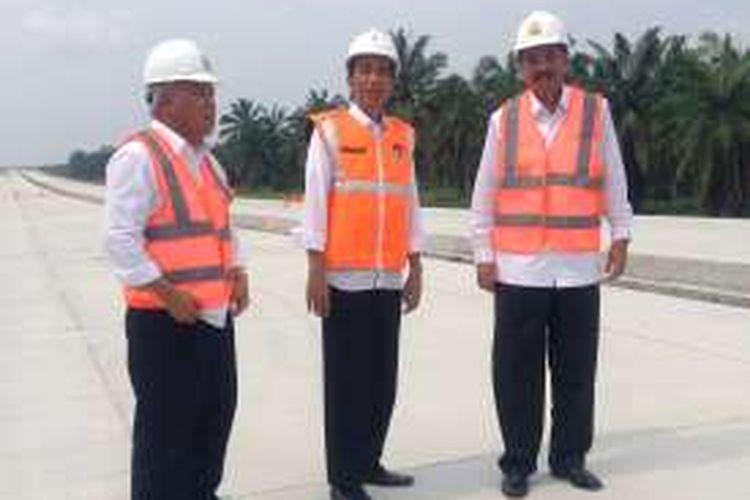 Presiden Republik Indonesia Joko Widodo (Jokowi) didampingi Menteri Pekerjaan Umum dan Perumahan Rakyat (PUPR) Basuki Hadimuljono, meninjau pembangunan proyek Jalan Tol Trans Sumatera ruas Medan-Kualanamu-Tebing Tinggi, Rabu (2/3/2016).