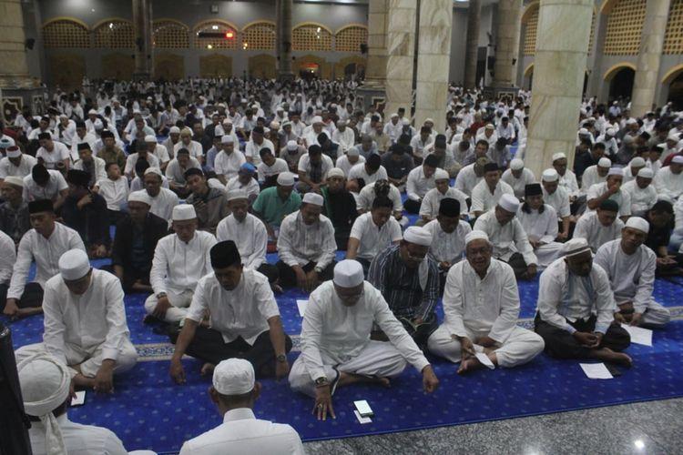 Ribuan umat muslim di Kota Ambon menggelar dzikir dan doa bersama di Masjid Raya Al Fatah Ambon, Jumat malam (11/10/2019). Dzikir dan doa bersama dilakukan untuk meminta meminta pertolongan Tuhan agar Maluku dijauhkan dari bencana
