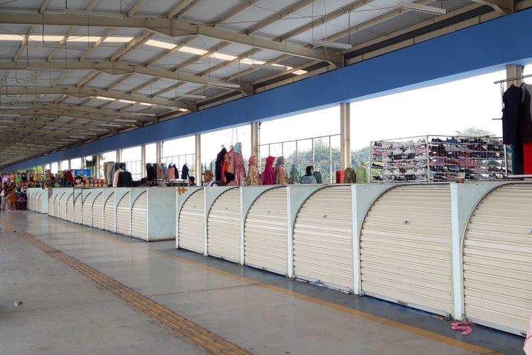 Pasca libur lebaran, lapak pedagang di skybridge Tanah Abang masih banyak yang tutup, Selasa (11/6/2019)