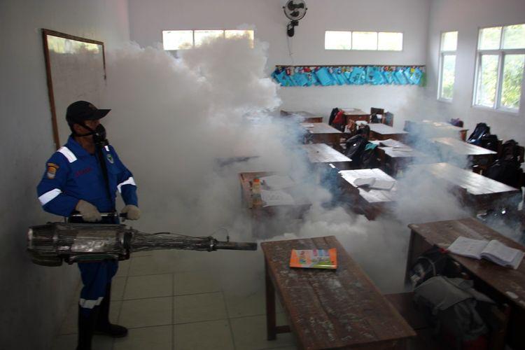 Seorang petugas melakukan Fogging Focus di salah satu sekolah di kelurahan perbutulan kecamatan sumber Kabupaten Cirebon, Jawa Barat, Kamis (24/1/2019). Berdasarkan data dinas kesehatan, jumlah penderita DBD terus menurun.
