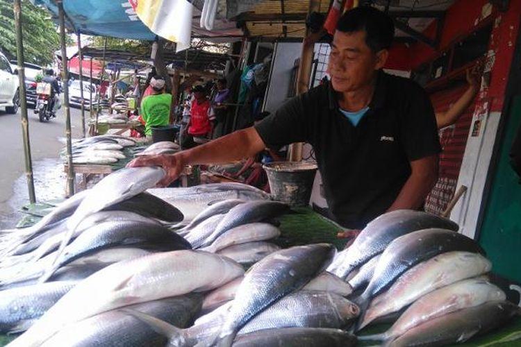 Lapak pedagang ikan bandeng di Jalan Sulaima, Rawa Belong, Jakarta Barat. Pasar ini adalah pasar musiman yang ada jelang imlek. Gambar diambil Rabu (25/1/2017).
