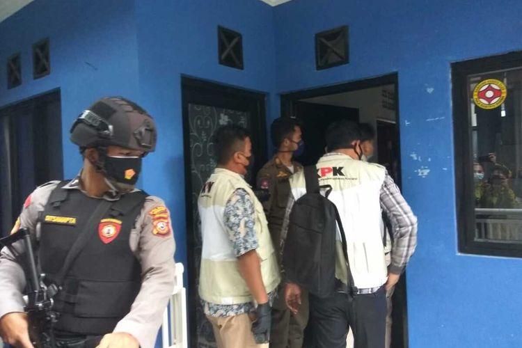 Rumah pribadi Bupati Bandung Barat Aa Umbara Sutisna di Lembang, Kabupaten Bandung Barat, Jawa Barat digeledah Komisi Pemberantasan Korupsi (KPK), Selasa (16/3/2021).