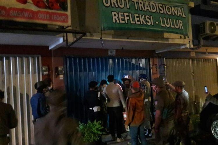 Satuan Polisi Pamong Praja (Satpol PP) Kota Tangerang Selatan melakukan razia Griya Pijat di kawasan Alam Sutera, Kelurahan Pakulonan, Serpong Utara, Selasa (28/4/2020) malam. Sedikitnya satu trapis dan tamunya terjaring dalam razia tersebut.