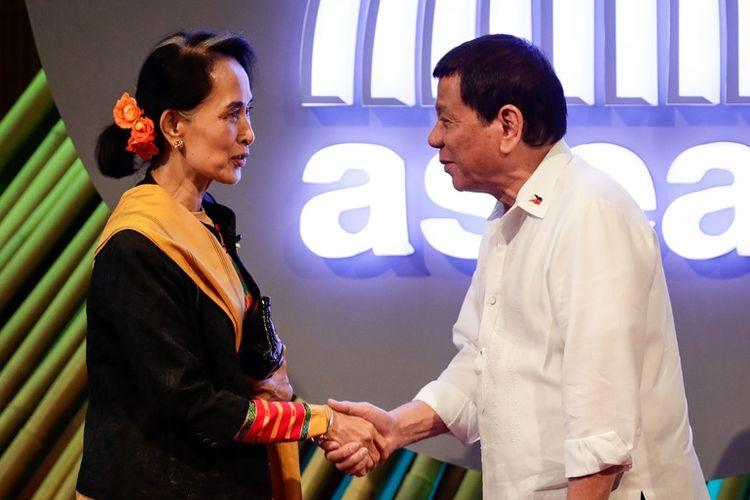 Konselor Negara Myanmar, Aung San Suu Kyi (kiri) berjabat tangan dengan Presiden Filipina, Rodrigo Duterte saat keduanya bertemu dalam kesempatan konferensi ASEAN di Manila, November 2017.