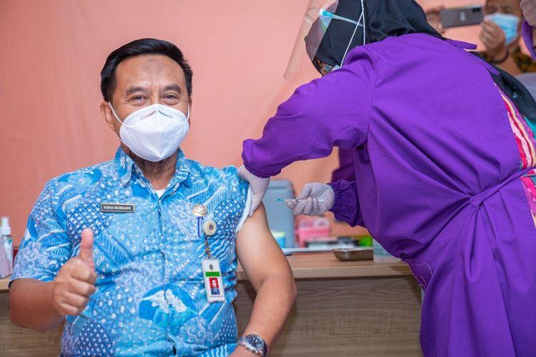 Pemerintah Kota Pontianak, Kalimantan Barat (Kalbar) menggelar pemberian vaksin virus corona atau Covid-19, Kamis (14/1/2021). Di hari pertama, terdapat 108 orang melakukan registrasi dan yang hadir 105 orang.