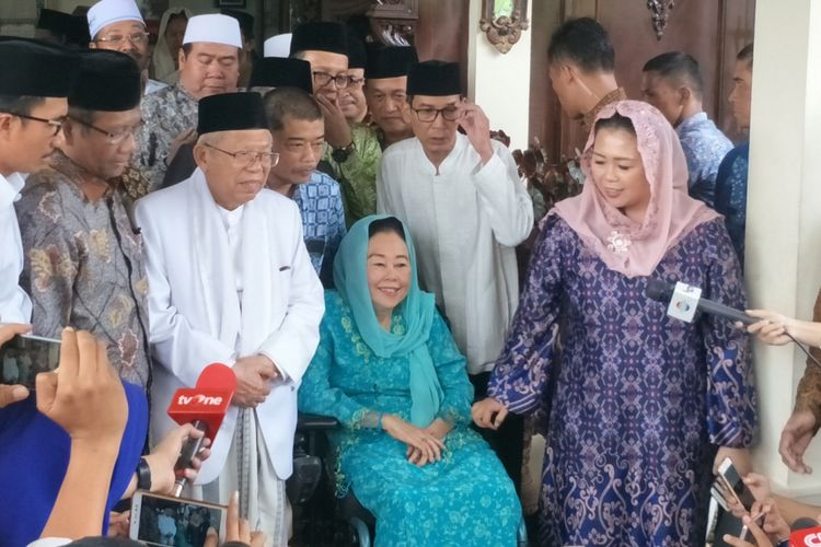 Istri Presiden ke-4 RI Abdurrahman Wahid atau Gus Dur, Sinta Nuriyah Wahid, seusai bertemu calon wakil presiden Maruf Amin di kediaman pribadinya, kawasan Ciganjur, Jakarta Selatan, Rabu (26/9/2018).