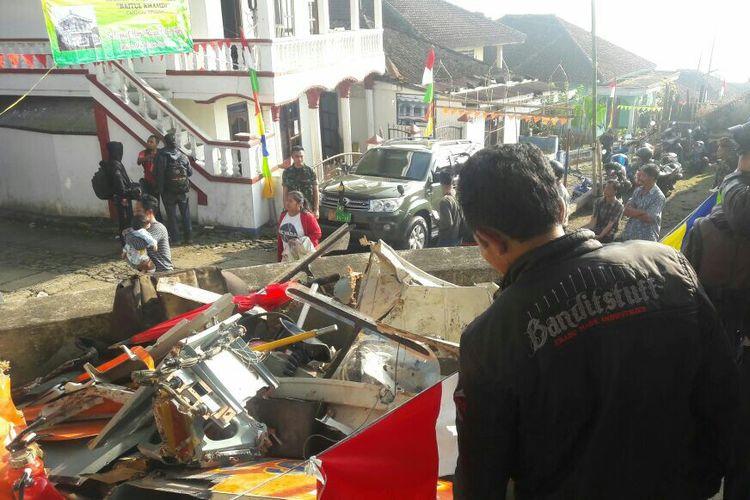 Warga menyaksikan puing-puing helikopter Basarnas yang mengalami kecelakaan di Desa Canggal, Kecamatan Candiroto, Kabupaten Temanggung, Senin (3/7/2017).