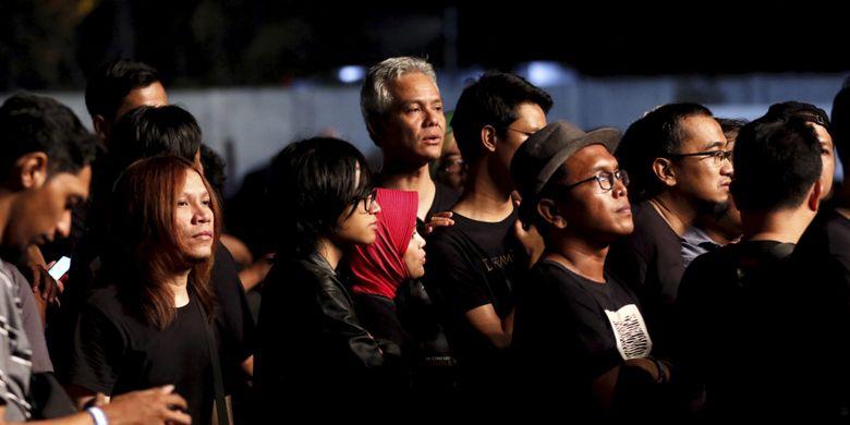 Gubernur Jawa Tengah Ganjar Pranowo (tengah, atas) menyaksikan konser Dream Theater di Festival Musik Rock JogjaRockarta di Stadion Kridosono, Yogyakarta, Jumat (29/9/2017). Jogjarockarta juga dimeriahkan band pembuka antara lain God Bless, Roxx, Power Metal, dan Death Vomit.