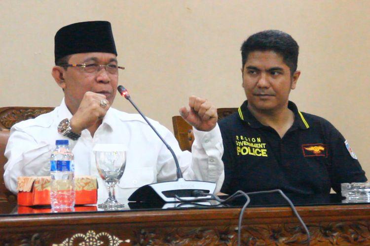 Wali Kota Mataram, Ahyar Abdul menunjukkan gaya siaga pesilat, dalam jumpa pers, Jumat (26/1/2018) untuk mengklarifikasi soal  tendangannya ke Polisi Pamong Praja, yang viral di medsos belakangan ini.
