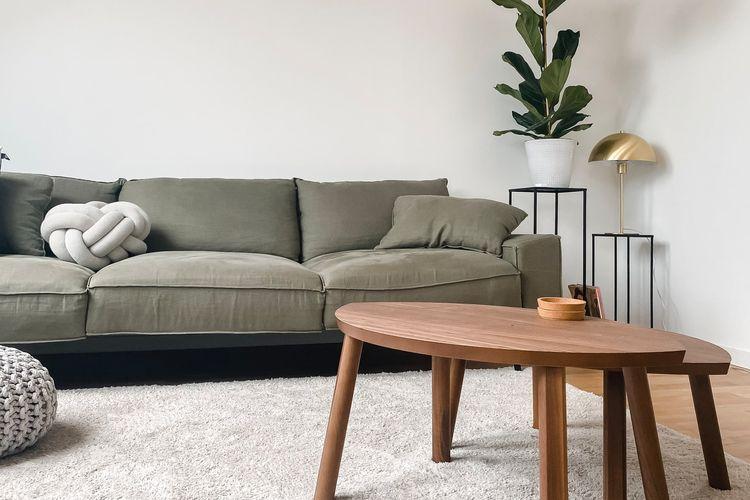 Desain rumah minimalis selalu identik dengan dominasi warna putih.