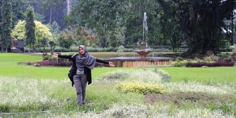 Taman Sudjana Kasan di Kebun Raya Bogor menyuguhkan pemandangan yang lumayan apik. Kumpulan bunga-bunga menghiasi taman, selain itu ada aliran sungai dan air mancur si tengahnya.