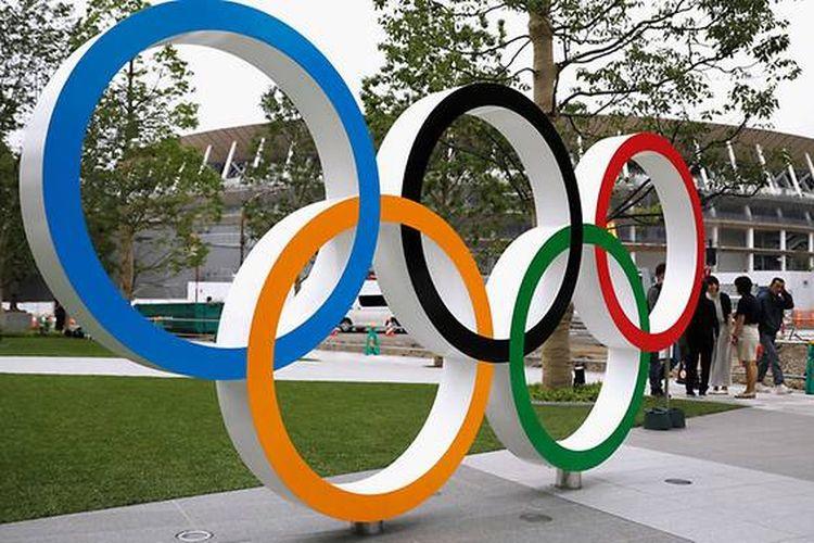 Cincin Olimpiade ditampilkan di depan lokasi pembangunan Stadion Nasional Baru, stadion utama Olimpiade dan Paralimpiade Tokyo 2020, selama kesempatan media di Tokyo, Jepang, 3 Jul 2019.
